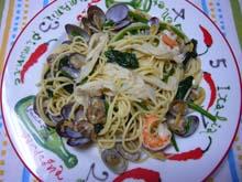 ヤマブシタケのスパゲッティです。 アサリの味とニンニクで、味付け。 後は、ほうれん草と海老。 なんたって、山から取ってきた新鮮ヤマブシタケです。  山の香り満点!